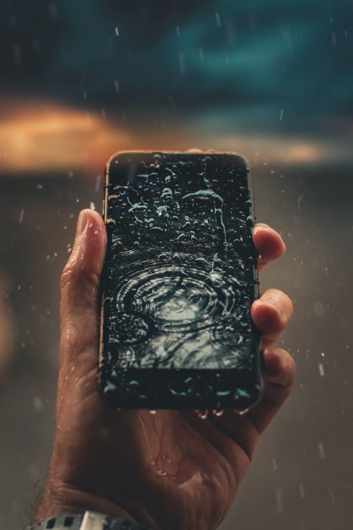 arreglar un móvil mojado